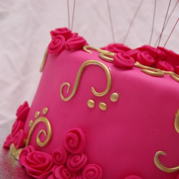 roze roosjes taart met gouden details