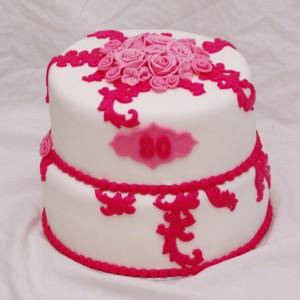 witte taart met roze rozen en barok swirls