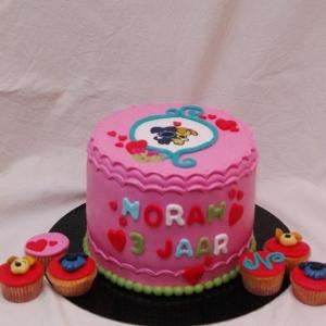 woezel en pip taart met bijpassende cupcakes