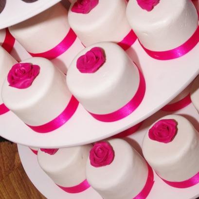 minitaartjes, cupcakes en aansnijtaart