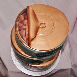 stapeltaart in de vorm van blikjes tonijn