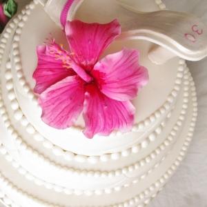 verjaardagstaart in bruidstaart stijl met schoentje en hibiscus