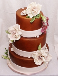 bruidstaart in donkerbruin met glimmer (airbrush) en gumpaste bloemwerk