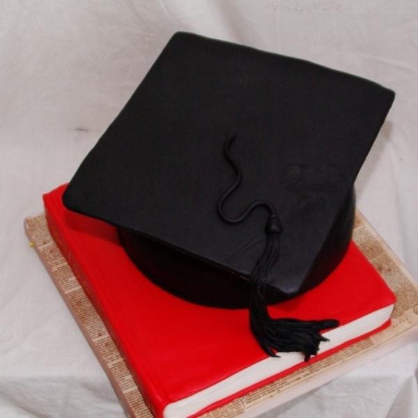 afstudeer baret taart met boek taart
