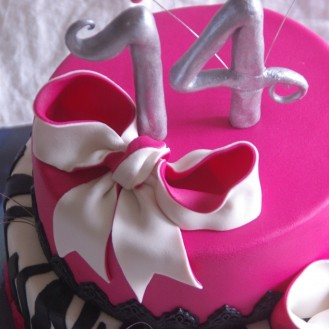 zebra pink cake roze stapeltaart zebrastrepen rotterdam nesselande taart bestellen online taart cupcake gebak bonbons