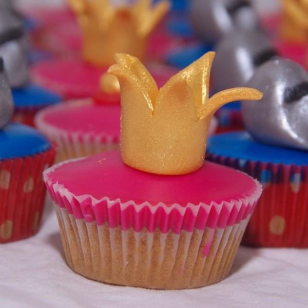minicupcakes met kroontjes, toverstafjes en ridderhelmen