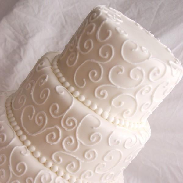 bruidstaart wit met royal icing spuitwerk krullen en swirls
