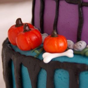 pompoen van marsepein op halloween taart