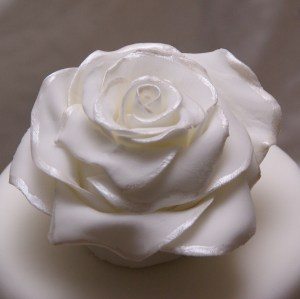 fondant roos als topper op bruidstaart