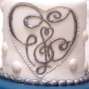 initialen op de bruidstaart