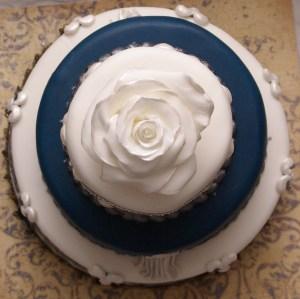 bruidstaart met fondant roos