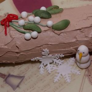 boomstammetje taart kersttaart yule log met maretak van marsepein en fondant mistletoe