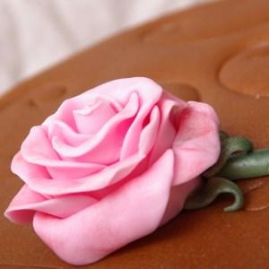 fondant roos op chocolate mudcake taart