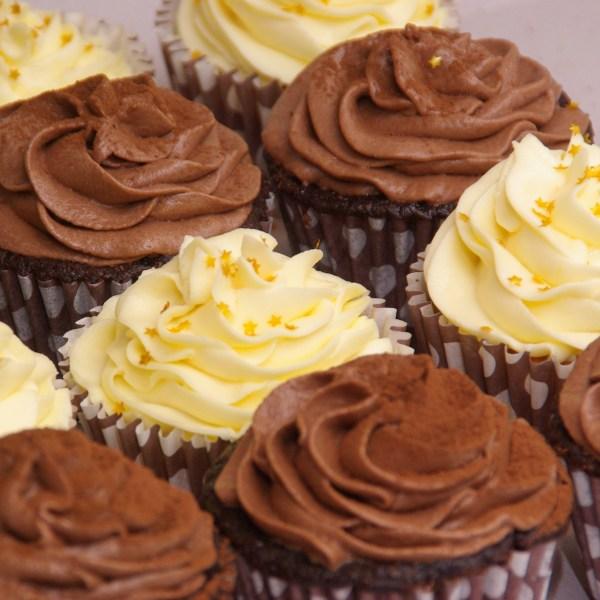chocolate mud cupcake met mokka toef en cupcakes gevuld met lemoncurd en met toef van mascarpone / lemoncurd