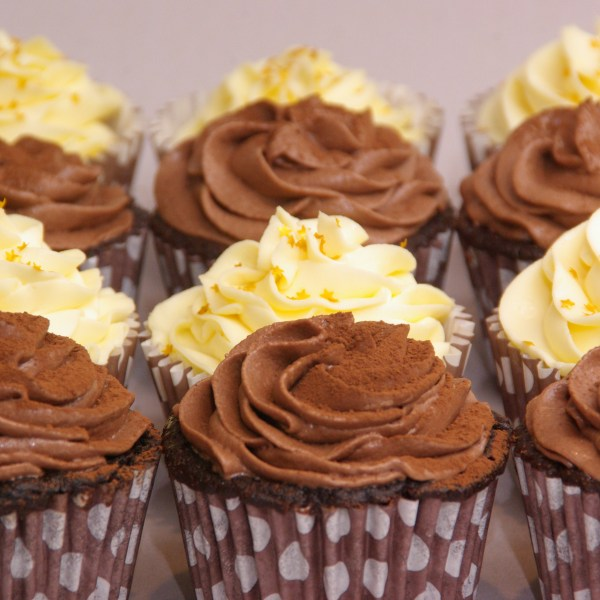 chololate mudcake cupcakes met mokkatoef en cupcakes gevuld met lemoncurd met mascarpone / lemoncurd toef