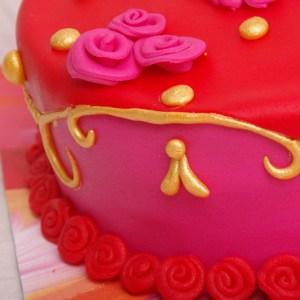 oilily stijl taart in roze rood en goud