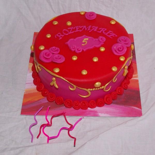 oilily style cake taart met kaarsjes in roze en rood