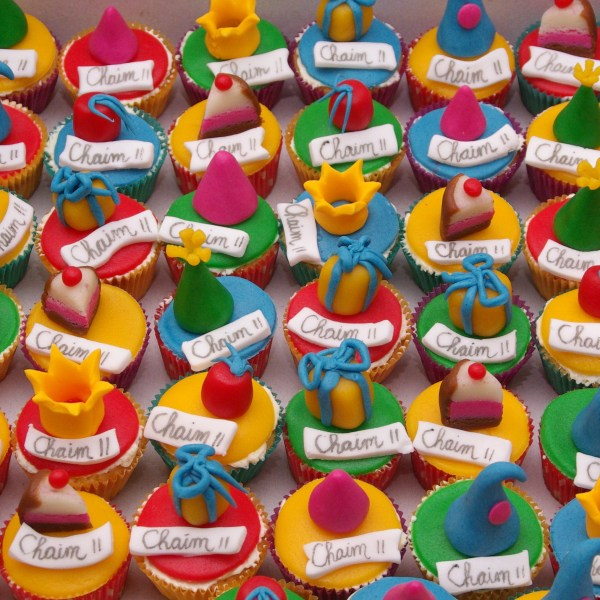 vanille cupcakejes met feesthoedjes