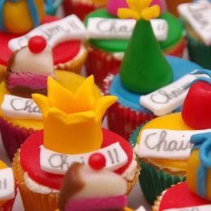 vanille mini cupcakes met feesthoedjes van marsepein