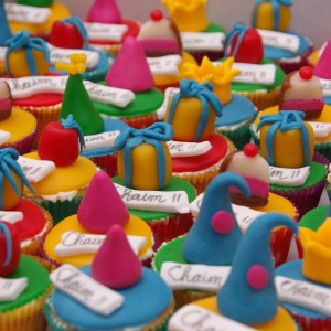 vanille cupcakes met feesthoedjes van marsepein