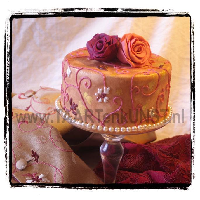 klein dummy bruidstaartje met eetbaar bladgoud en spuitwerk van royal icing