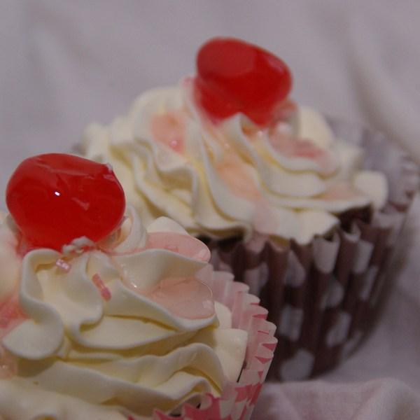 chocolate mud cupcakes met witte chocolade/swissmerengue botercreme, amarenakersen en bigarreaux