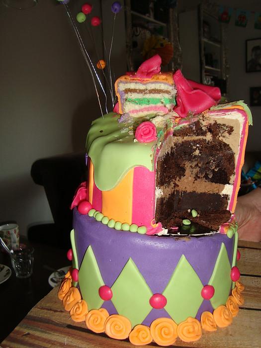 topsy turvy vrolijke verjaardagstaart aangesneden binnenkant
