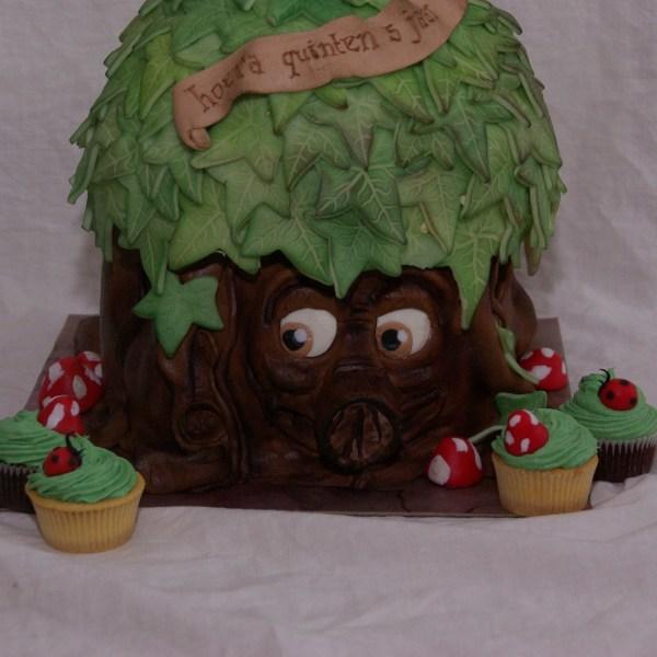 sprookjesboomtaart eftelingtaart met bijpassende cupcakes
