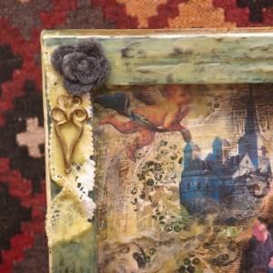 mixed media canvas met bijenwas, verf, inkt, wol, bloemen, foto's, transparency en meer