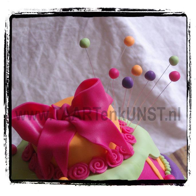vrolijke stapel verjaardagstaart topsy turvy whimsical cake chocolate mudcake