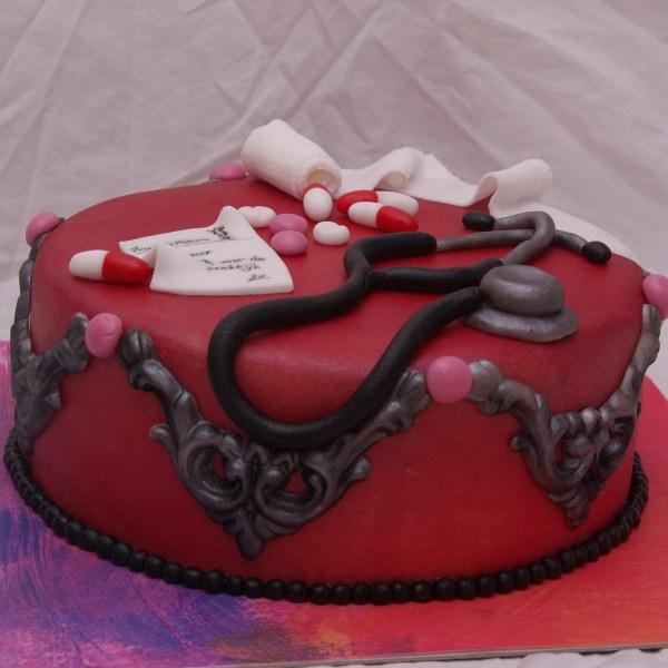 dokters praktijk taart met stethoscoop verband en medicijnen