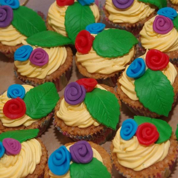 vrolijke lente cupcakes met swiss merengue botercreme swirl en roosjes