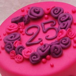 paars roze taart met bloemen