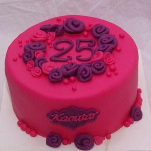 roze taart met paarse en roze bloemen