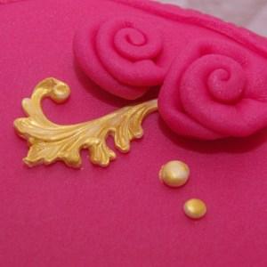 roze met gouden taart