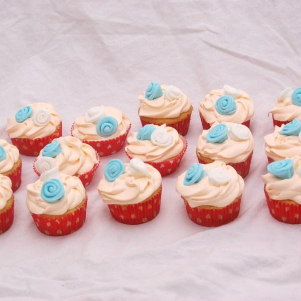 kleine cupcakes met swiss meringue botercreme toef en fondant roosjes