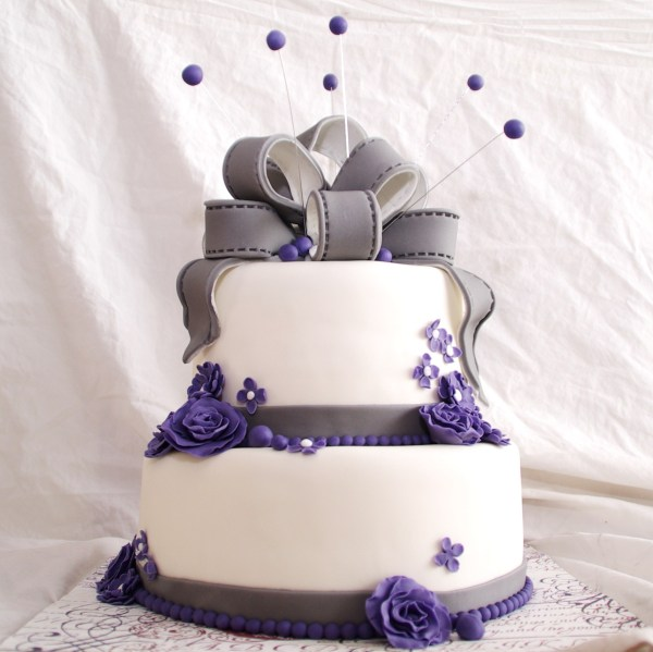 bruidstaart tweelaags, met fondant strik en rozen