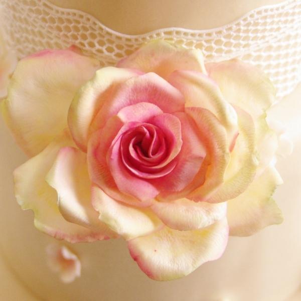 bruidstaart met gumpaste rozen