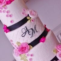 bruidstaart met eenvoudig bloemwerk