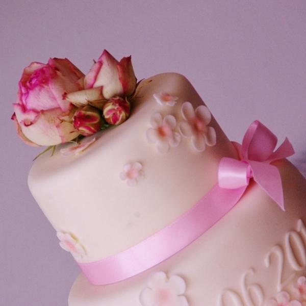bruidstaart met echte bloemen