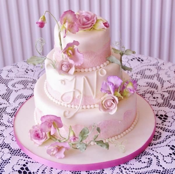bruidstaart met gumpaste bloemwerk