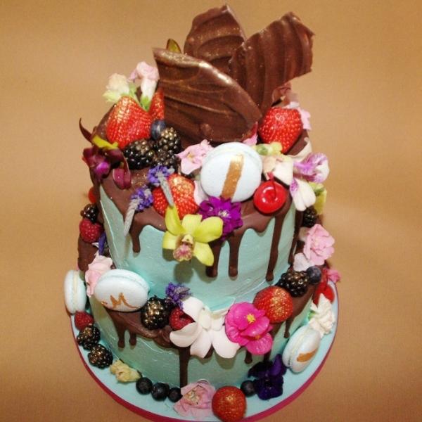 no fondant allowed red velvet en witte chocolade met eetbare bloemen en vers fruit