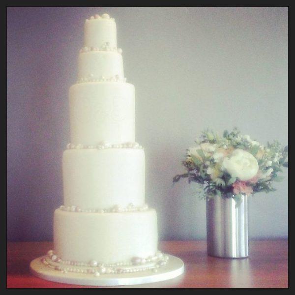 bruidstaart met parels en initialen